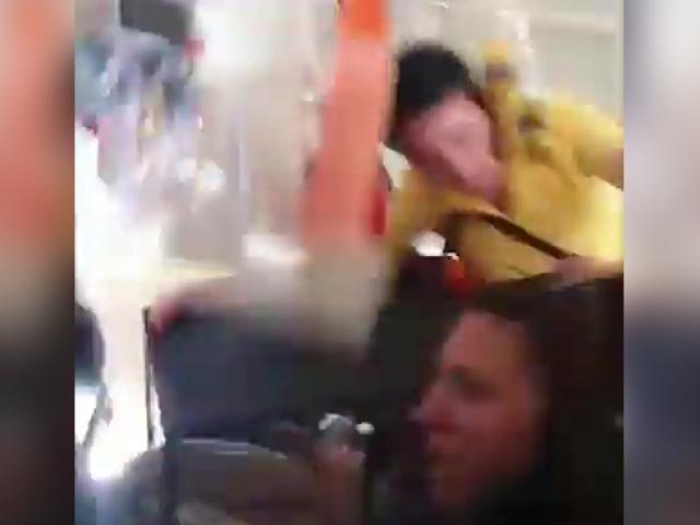 Uçak türbülansa girdi, hostes uçağın tavanına çarptı