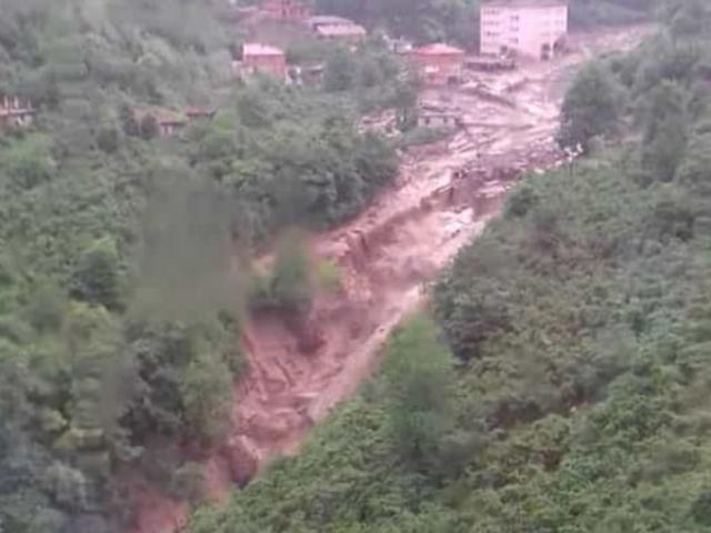 Trabzon'da sel suları önüne çıkan her şeyi sürükledi