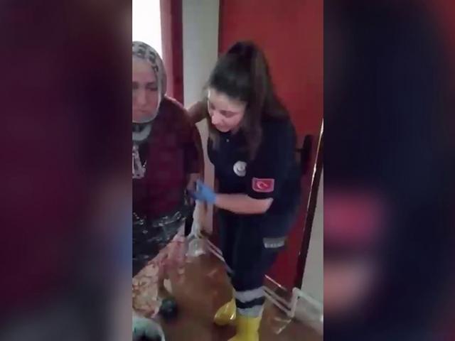 İtfaiye ekipleri evini su basan yaşlı kadını kurtardı