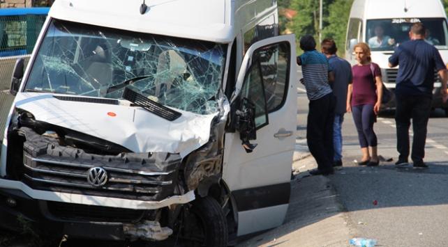 Marmariste turistleri taşıyan minibüs tırla çarpıştı