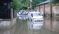 İstanbul'da sağanak vatandaşları araçta mahsur bıraktı