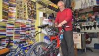 Emekliliğini bisiklet tamir ederek geçiriyor