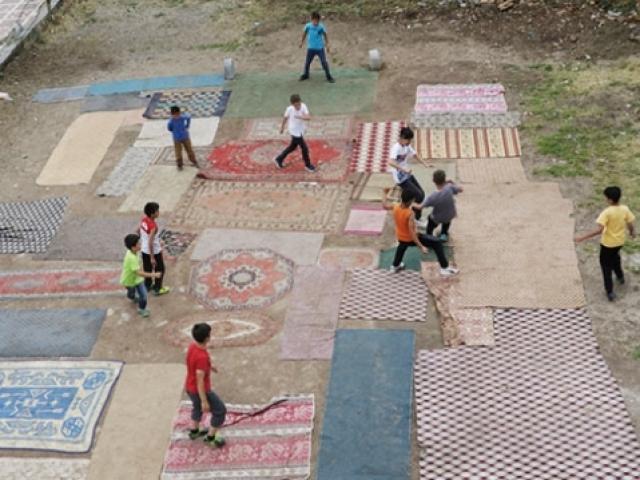 Çocuklar eski halı ve kilimlerle kendi halı sahalarını yaptı