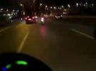 Otomobilin motosikletliye çarpma anı kask kamerasına yansıdı