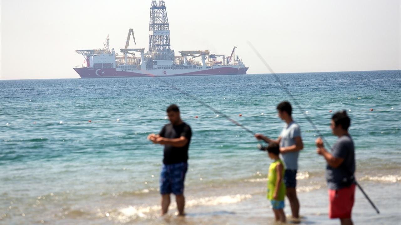 Antalya Körfezine demirleyen sondaj gemisi Yavuz ilgi odağı oldu