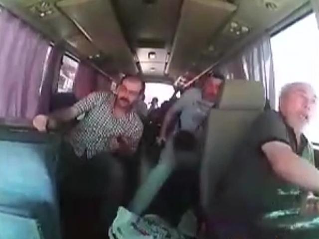 İşçi servisinin devrilmesi güvenlik kamerasında