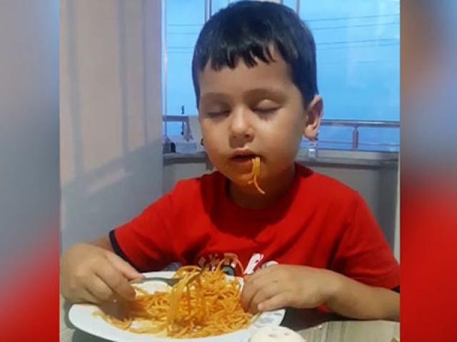 Ne uykudan vazgeçti ne de yemek yemekten
