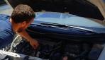 Otomobilin motoruna giren yavru kediyi kaporta ustası kurtardı
