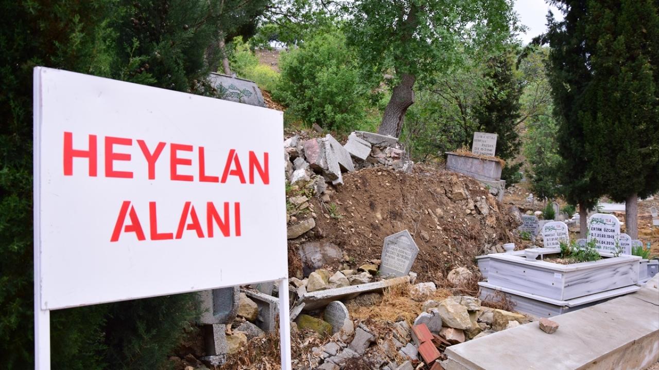 Bilecik'te mezarlık yolunda toprak kayması