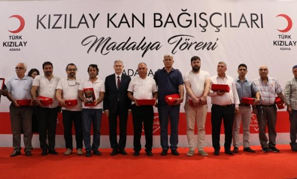 Türk Kızılaydan düzenli kan bağışçılarına madalya