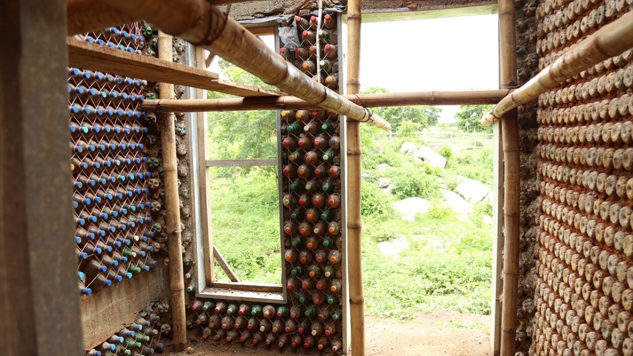 Αποτέλεσμα εικόνας για Doğayı korumak için plastik şişelerden ev inşa etti