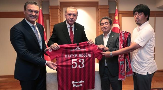 Cumhurbaşkanı Erdoğandan Alpay Özalanın futbol oynadığı kulübe ziyaret