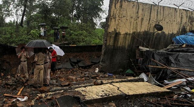 Hindistanda çöken duvarlar 27 can aldı