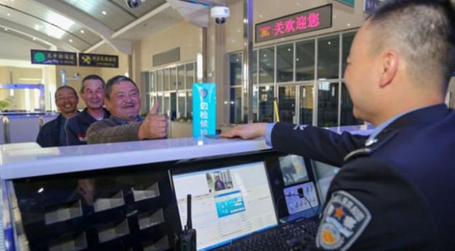 Çin sınır polisi turistlerin telefonlarına gözetleme uygulaması kuruyor