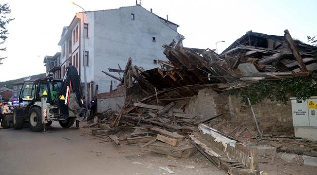 Kastamonuda 3 katlı tarihi ahşap bina çöktü
