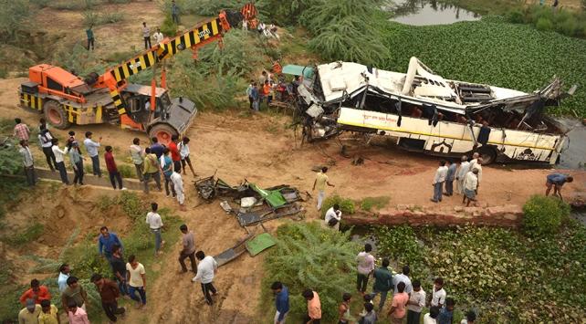 Hindistanda otobüs kanala düştü: 29 ölü, 18 yaralı