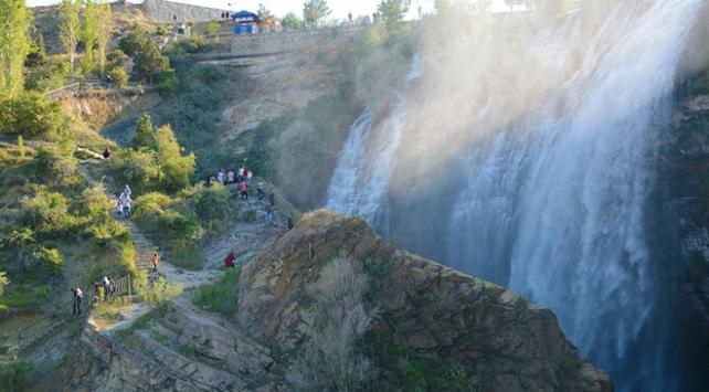 Yaz tatilinin vazgeçilmez rotası: Tortum Şelalesi