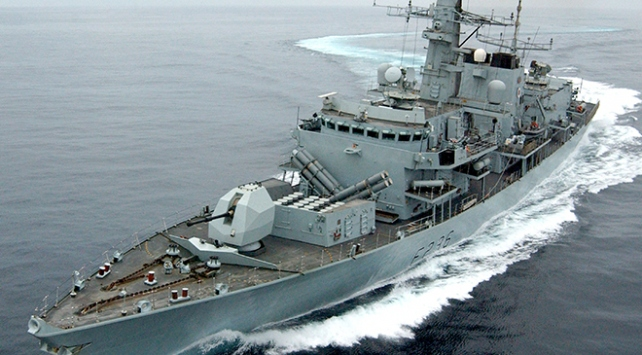İngiliz donanması petrol tankerine yönelen İran teknelerini durdurdu