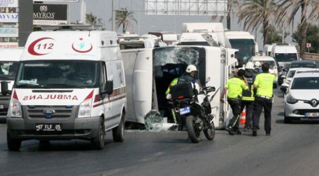 Manavgatta tur midibüsü devrildi: 16 yaralı