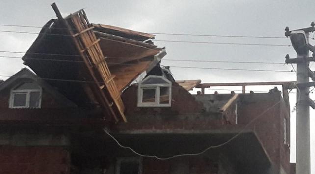 Şiddetli fırtına çatıları uçurdu, ağaçları devirdi