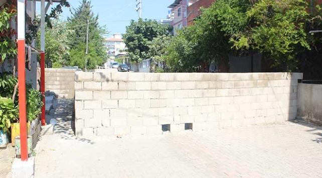 Hatayda bir vatandaş Tapulu malım diyerek sokağa duvar ördü