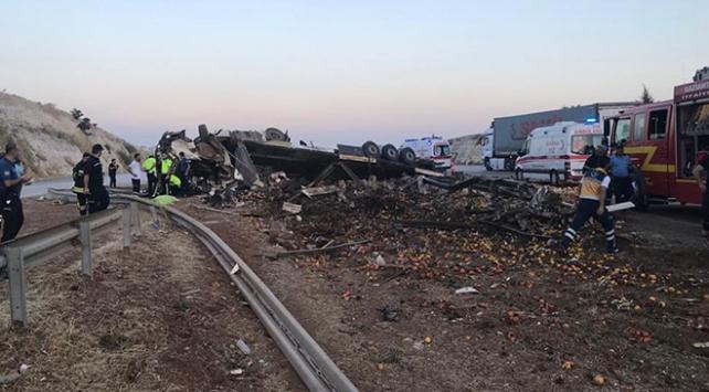 Gaziantepte tır devrildi: 3 ölü