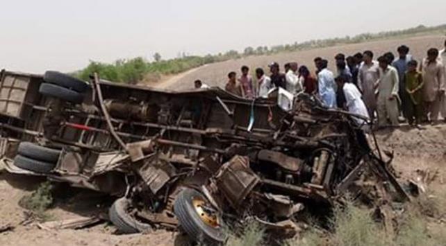 Pakistanda otobüs ile rikşov çarpıştı: 11 ölü, 22 yaralı