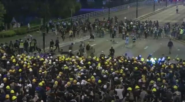 Hong Kongda 10 binler yine sokakta