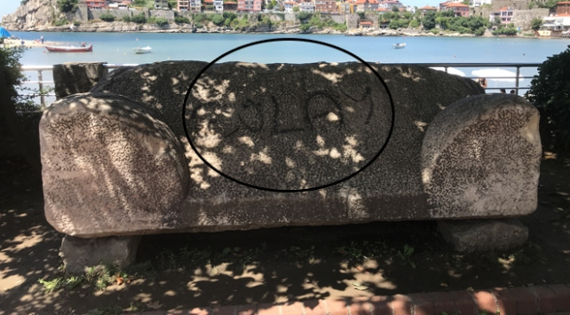 3 bin yıllık lahit mezara spreyle yazı