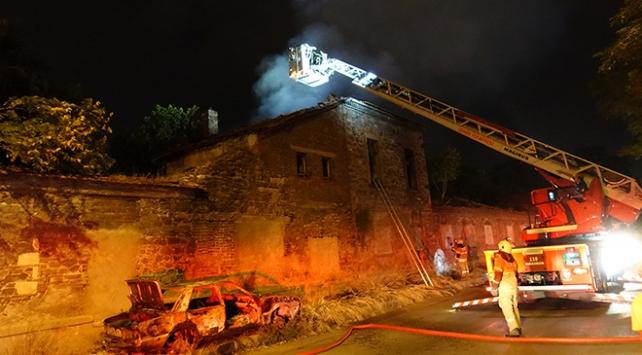 İzmirde tarihi fabrika binasında yangın