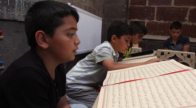 Camiler binlerce çocuğun sesiyle yankılanıyor