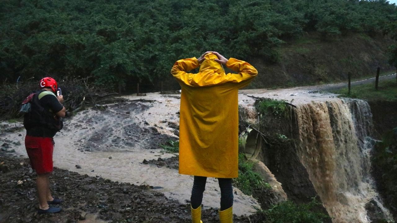 Düzcede yağış nedeniyle mahsur kalan kişiler kurtarıldı