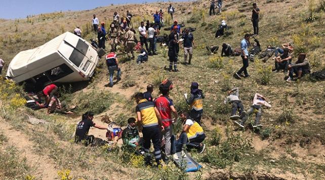 Vanda düzensiz göçmenleri taşıyan minibüs devrildi: 17 ölü