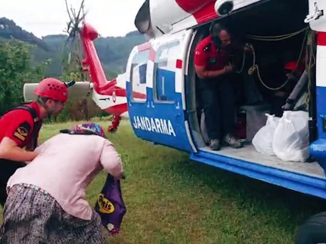 Jandarma selde mahsur kalan vatandaşları kurtardı