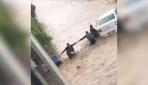 Vatandaşlar aracın sele kapılmasını böyle önledi