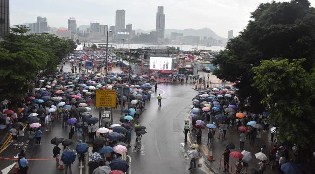 Hong Kongda hükümet taraftarları polise destek için toplandı