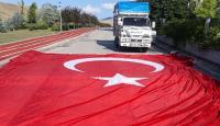 Çöpte bulduğu Türk bayrağını aracına aldı, olaya sosyal medyadan tepki gösterdi