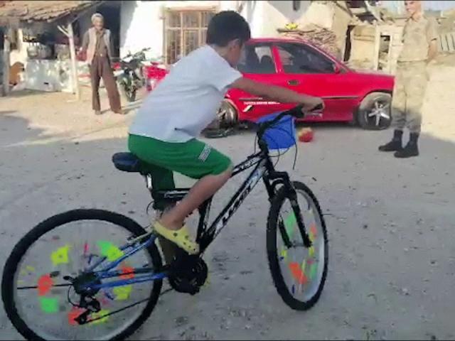 Jandarma ekiplerinden Bedirhan'a bisiklet sürprizi