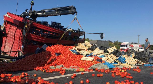 TEMde kamyon devrildi, tonlarca meyve ve sebze yolla döküldü