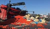 TEM'de kamyon devrildi, tonlarca meyve ve sebze yolla döküldü