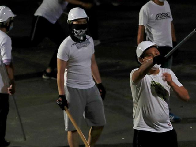 Hong Kong göstericilerine sopalı saldırı