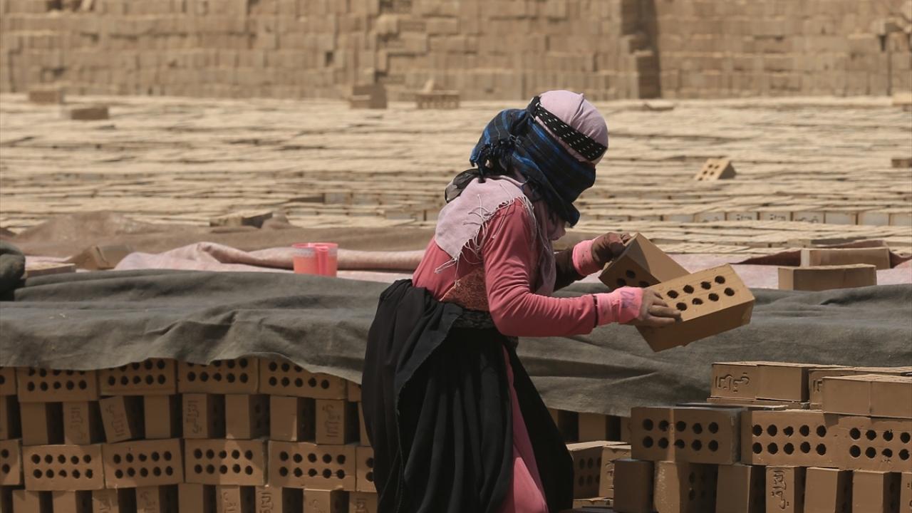Irakın zorlu yaşamını omuzlayan kadın kerpiç işçileri