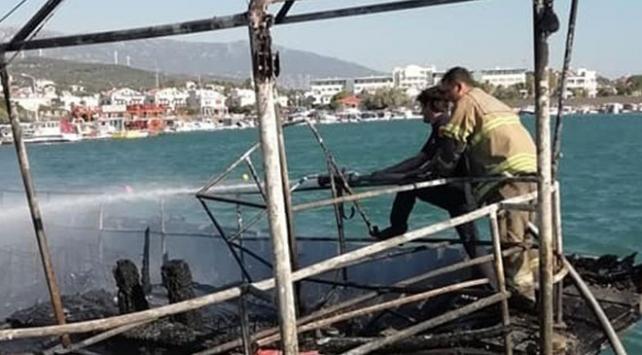 İzmir'de gezi teknesi yandı