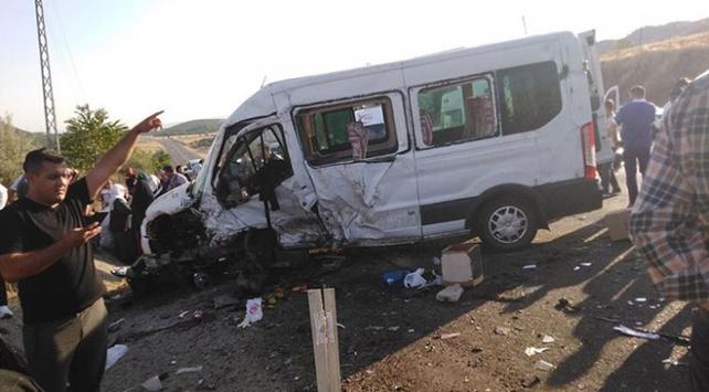 Bingölde minibüs ile otomobil çarpıştı: 1 ölü, 13 yaralı