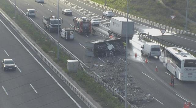 Kuzey Marmara Otoyolunda kamyon devrildi