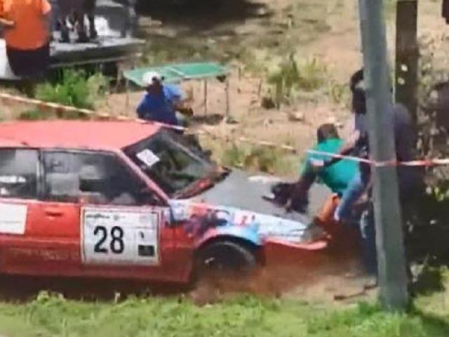 Yarış otomobilleri izleyenlerin arasına daldı