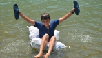 Şırnaklı çocukların pet şişe dolu torbalarla rafting keyfi