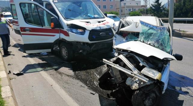 Hasta taşıyan ambulans otomobille çarpıştı