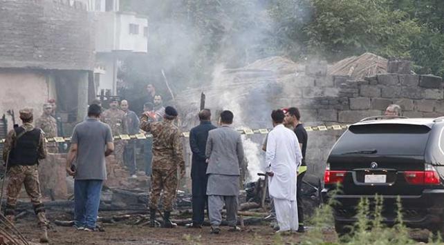 Pakistanda askeri uçak düştü: 17 ölü