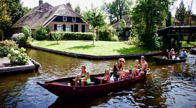 Kanalları ve rengarenk çiçekleriyle Giethoorn köyü